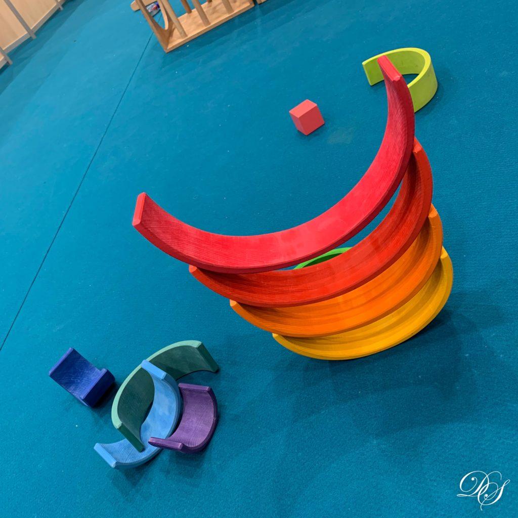des jouets en bois colorés