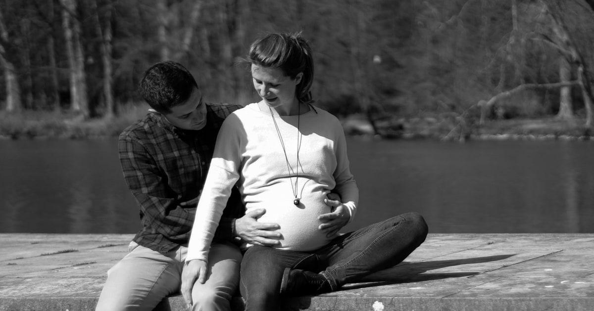 Au bord de l'eau, se prélasser en attendant la venue de bébé
