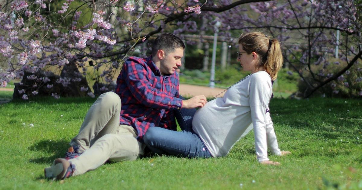On se détend sous un arbre en fleurs