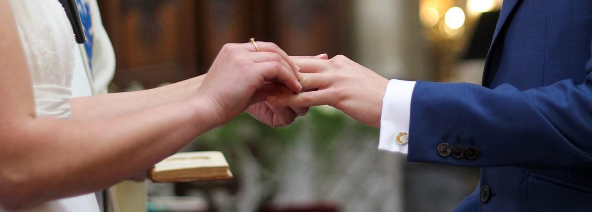 Une alliance au doigt