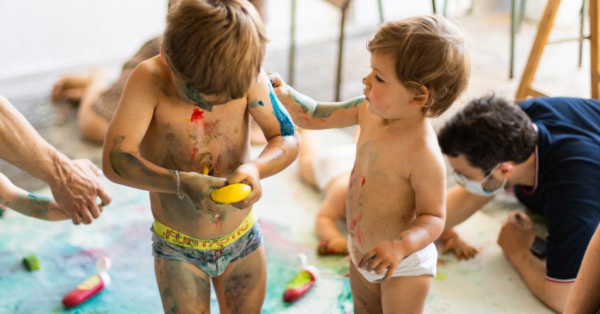 Des bébés jouent avec de la peinture