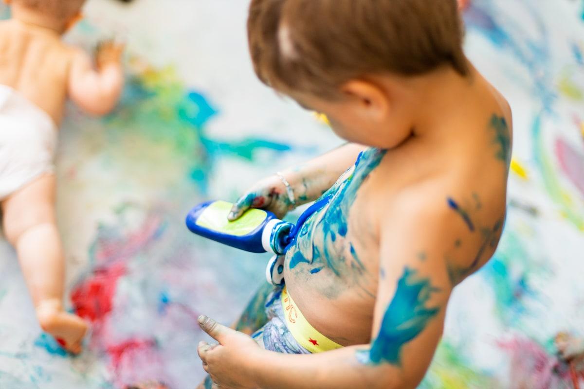 Bébé vers de la peinture lors de l'atelier